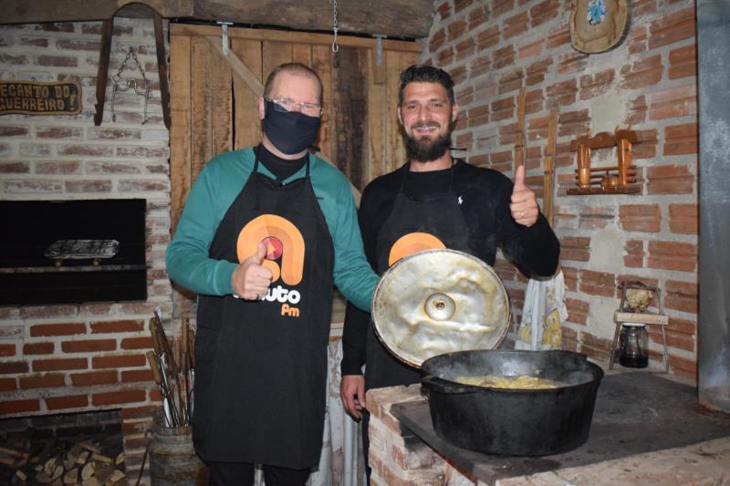Germano Thessing e Daniel Schwengber celebraram a chegada do inverno com uma comida feita no fogão campeiro.