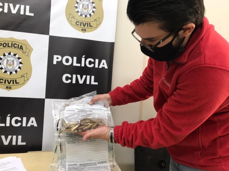 Delegado Marcelo Chiara com as munições apreendidas