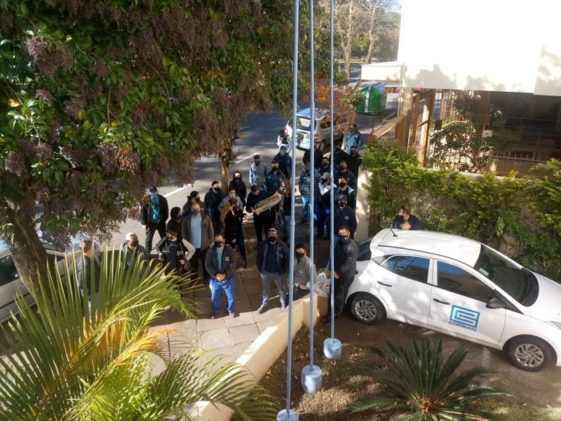 Grupo se reuniu em frente à sede da companhia