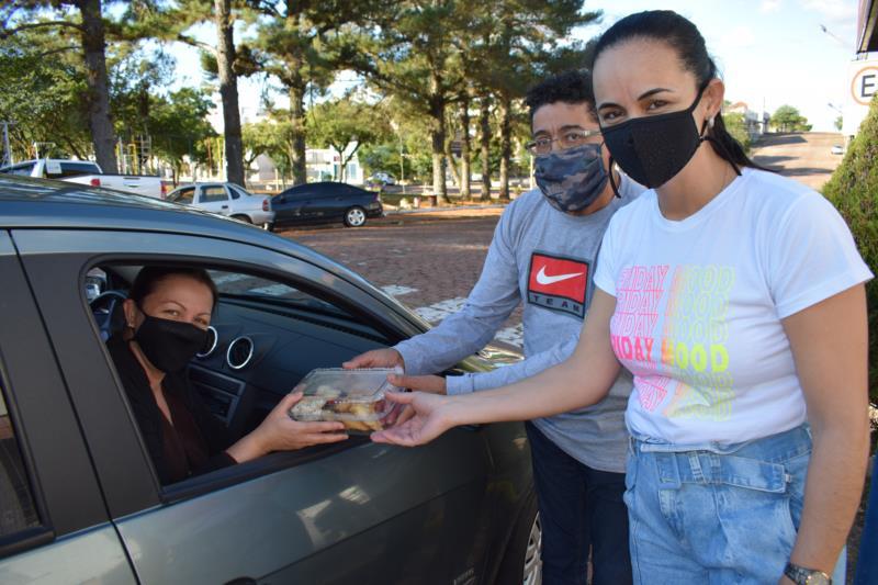 Para manter viva a ação, pais, professores e corpo diretivo participaram da entrega no sábado, em frente à escola
