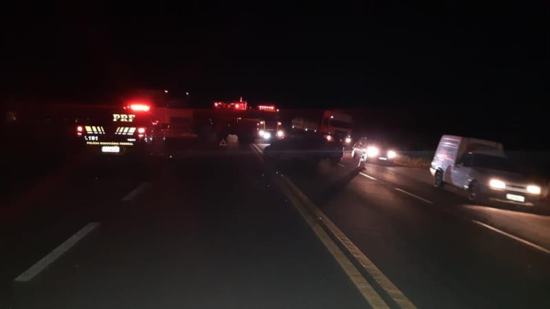 Colisão envolveu um carro e um caminhão na noite desta terça-feira