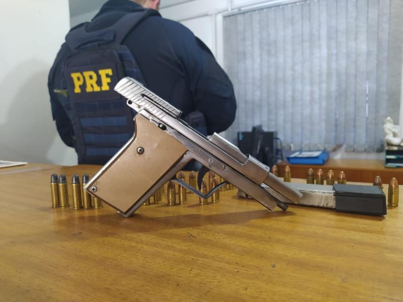 Pistola foi apreendida pelos policiais