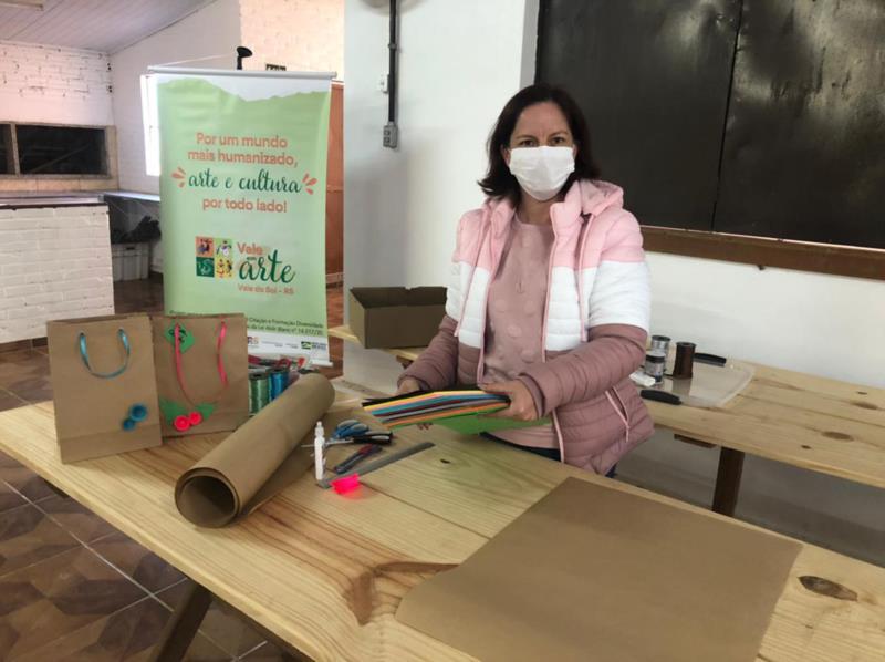 Na oficina de artesanato de embalagens, Thirza Preus comemora entusiasmo dos alunos