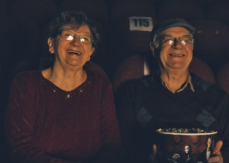 Seu Eldo  e Dona Nelci atuam em cena no cinema