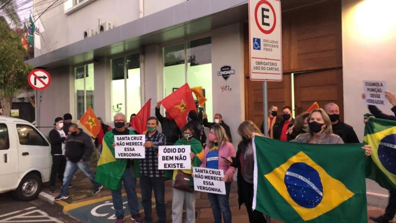 Manifestações ocorreram durante sessão do Legislativo de Santa Cruz