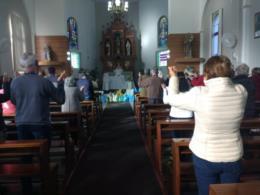 Fiéis na Igreja Matriz Santa Tereza de Vera Cruz