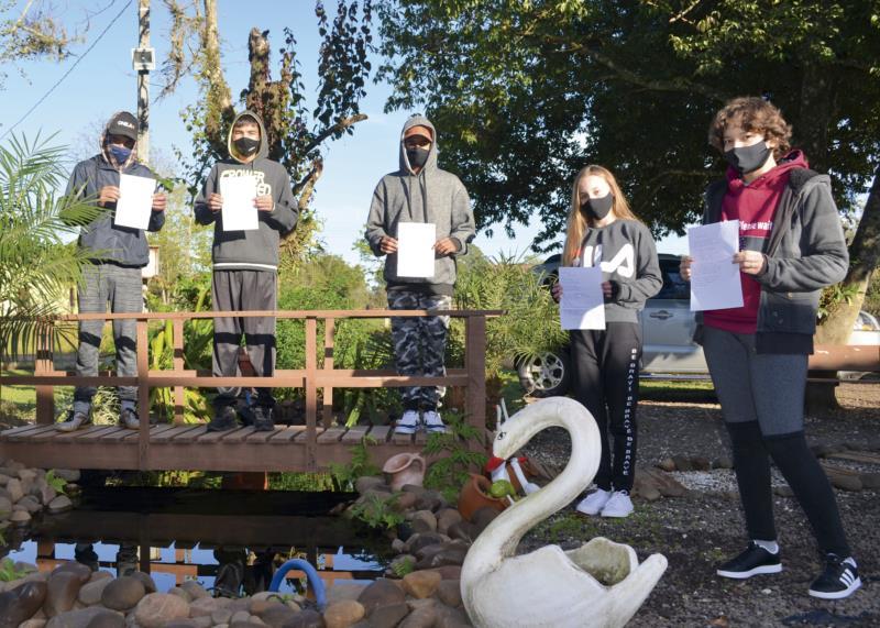 Alunos do 9º ano da Escola Jacob Blész exibem suas poesias