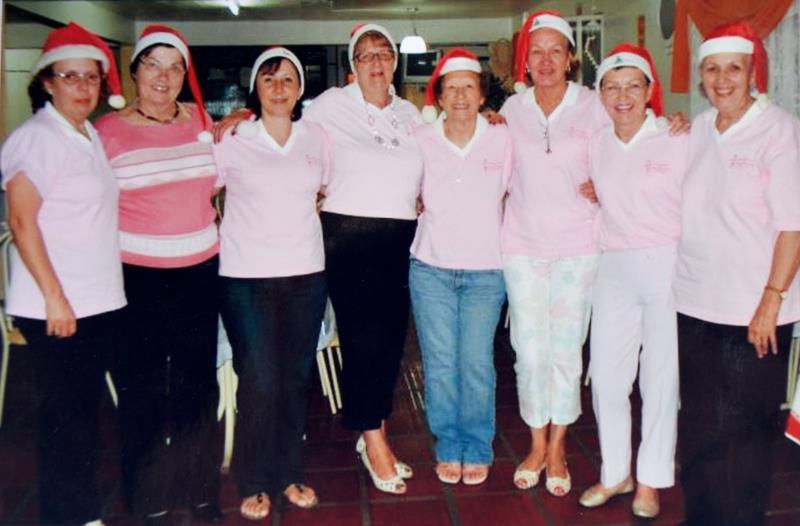 Wally (segunda voluntária da esquerda para a direita), em ação de Natal da Liga