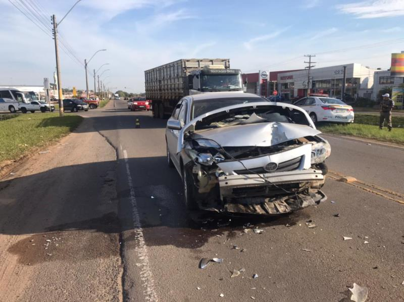 Motorista fica ferido em colisão entre carro e caminhão na BR-471