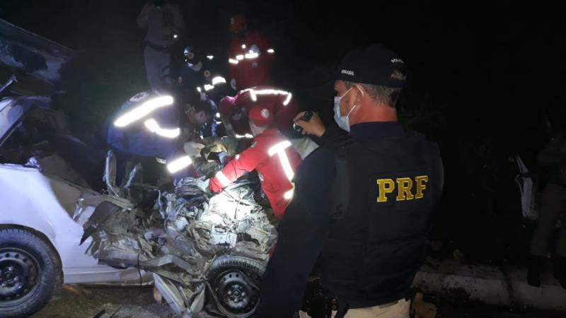 Motorista do carro ficou preso às ferragens. Acidente aconteceu entre Butiá e Minas do Leão