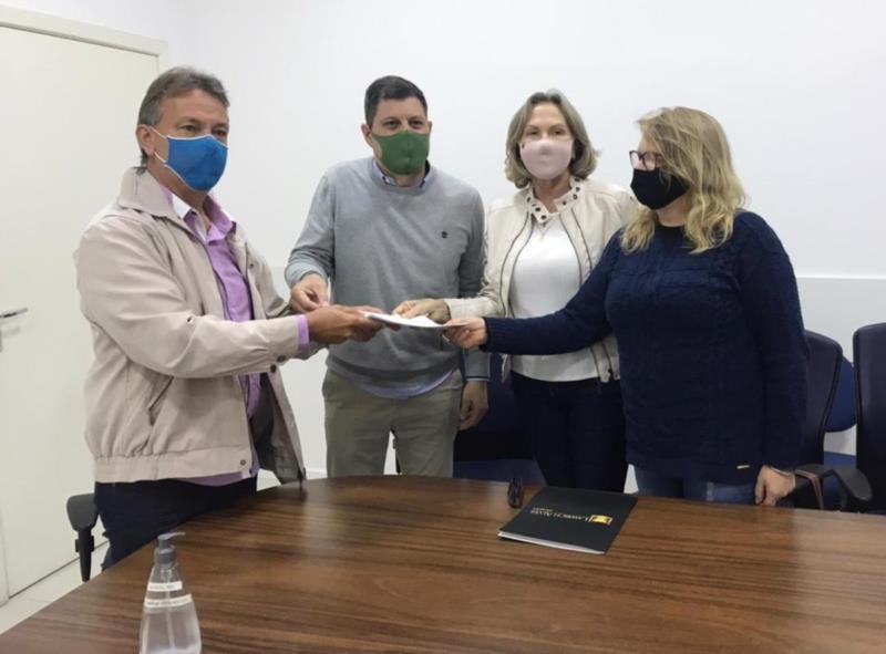 Apoiadores de Bolsonaro entregam pedido de cassação do vereador Alberto Heck