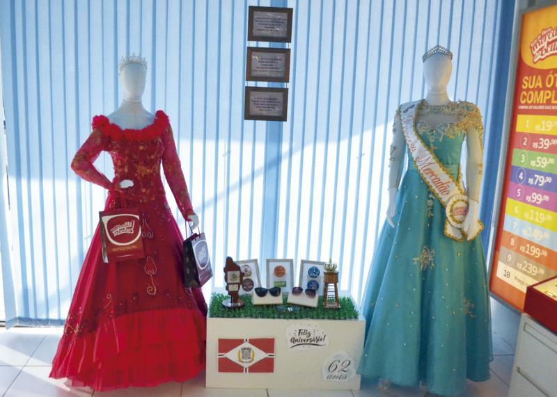 Trajes de ex-soberanas embelezam vitrine de loja