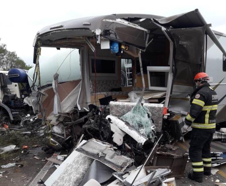 Veículo colidiu frontalmente com caminhão na tarde desta segunda-feira
