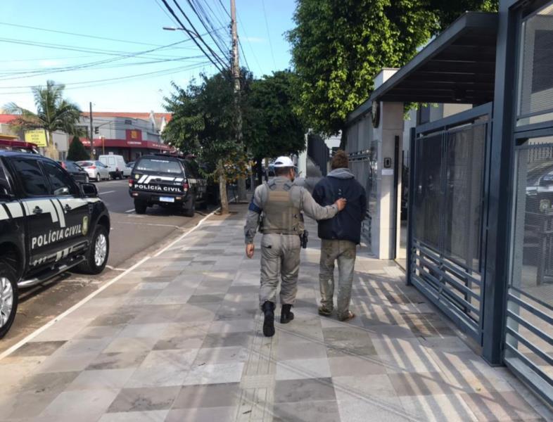 Homem é preso após ser flagrado furtando porta de residência em Santa Cruz