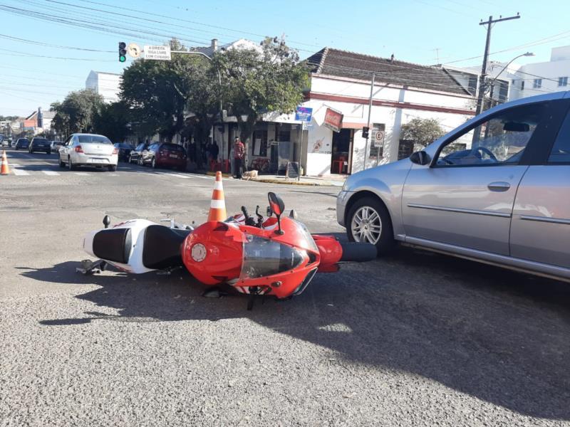 Os dois ocupantes da moto ficaram feridos