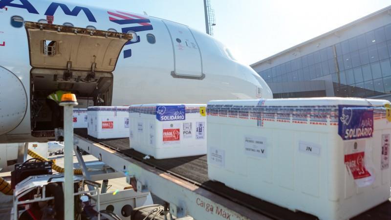 As 202.850 doses da vacina Janssen chegaram ao aeroporto da capital em avião que pousou às 14h10min deste sábado