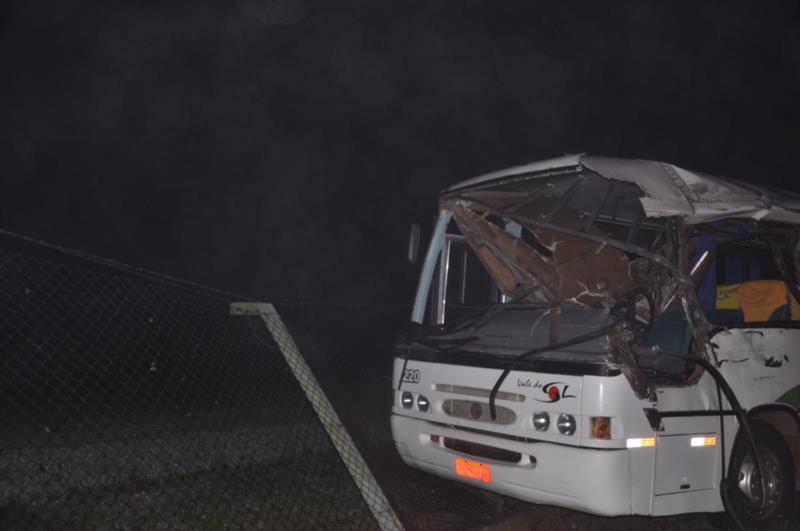 Colisão entre carreta, caminhão e ônibus mata homem e deixa 16 feridos na BR-471