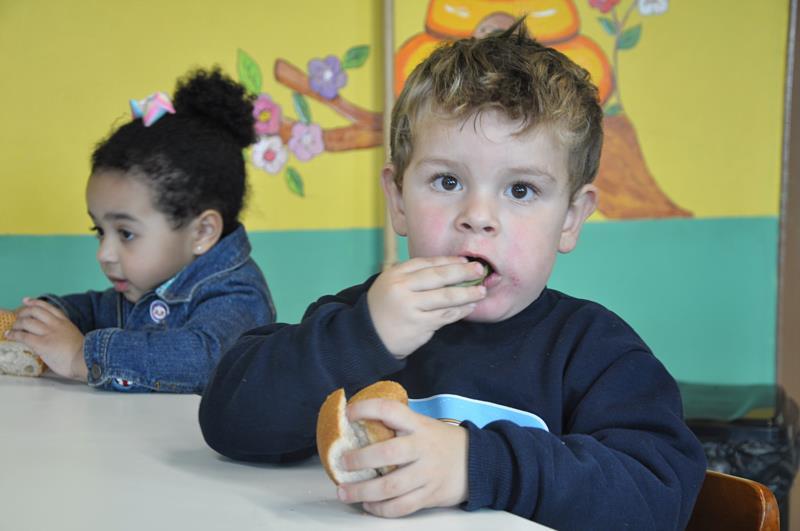 Ao invés do doce no pão, omelete feito com espinafre e ovos recheou o lanche das crianças da EMEI Pingo de Gente na sexta-feira