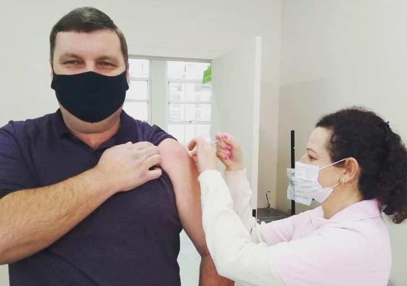 Ele recebeu a aplicação da vacina nesta terça-feira no Espaço Mamãe Criança em Vera Cruz