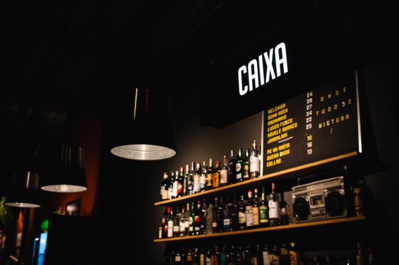 Espaço conta com bar e café