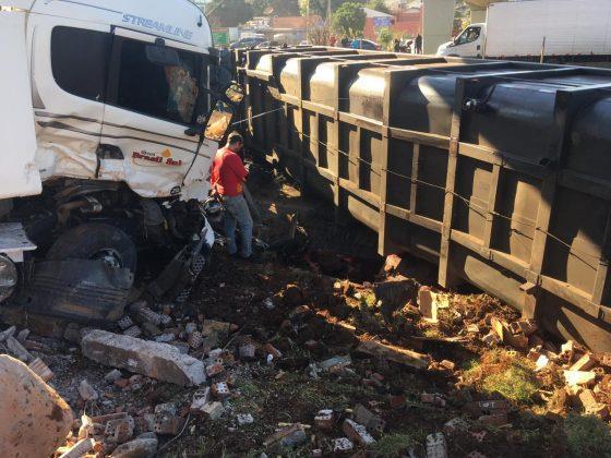 Motorista de um caminhão Scania carregado com vísceras perdeu o controle da direção