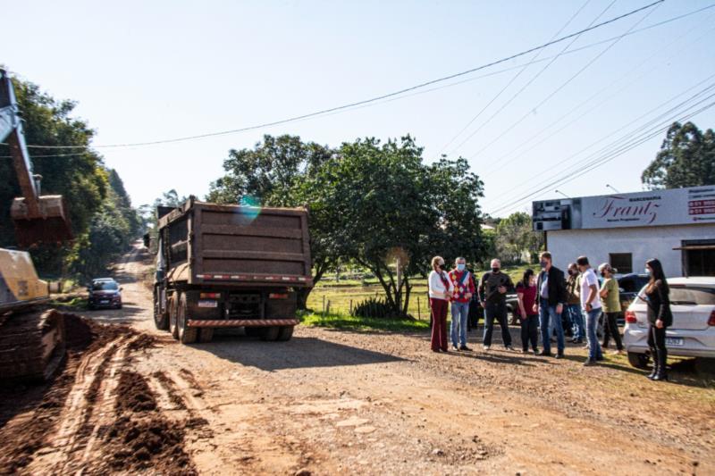 Desde a segunda-feira (28), operários comandam máquinas e caminhões na limpeza superficial, escavações e alargamento da via