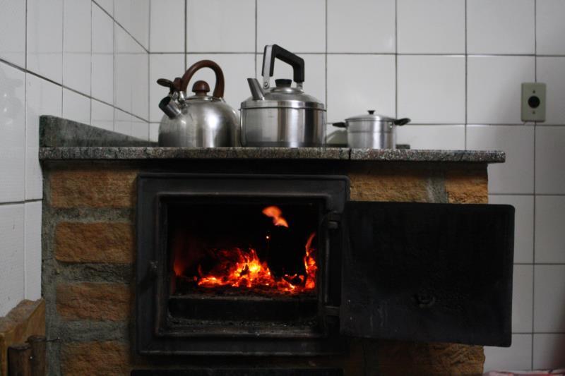 Morador de Santa Cruz reaproveita água da chuva e usa fogão a lenha para aquecer casa e sistema hidráulico da casa