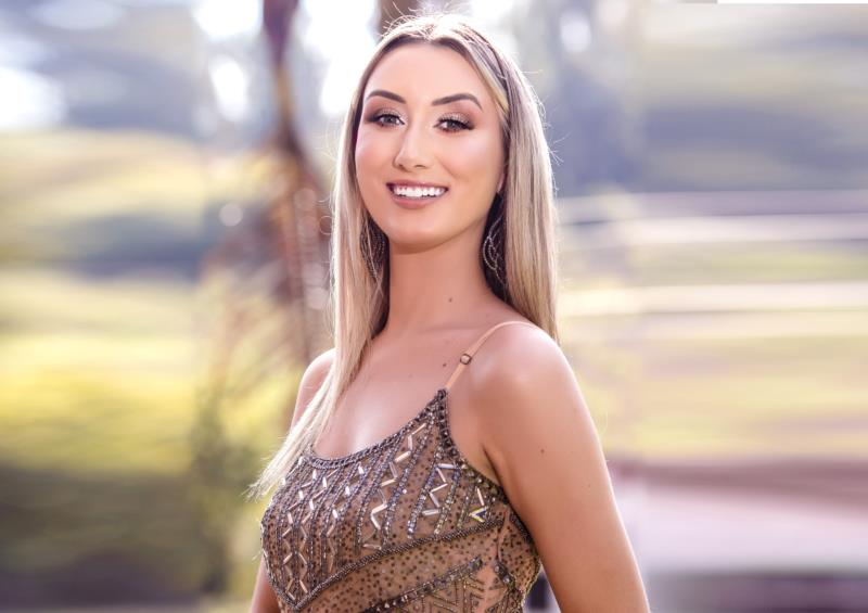 Thalia Schulz tem 24 anos e representa a Ervateira Elacy, Posto Chama e Loja Veste Bem