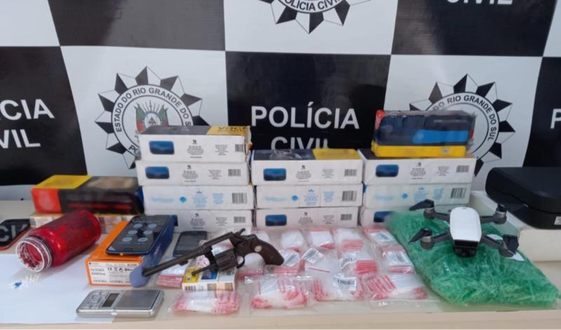 Drogas, arma, drone e cigarros estão entre os itens apreendidos