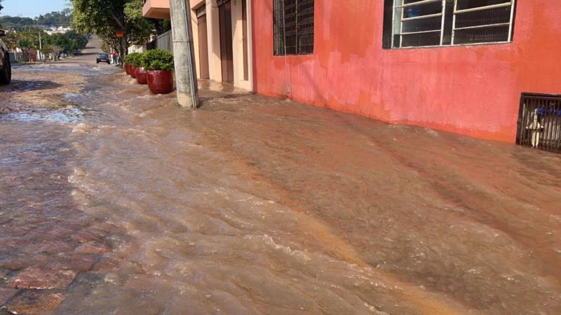 Grande volume de água invadiu a calçada