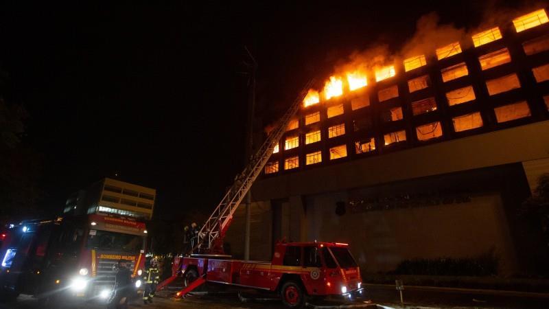 Prédio foi totalmente destruído pelas chamas