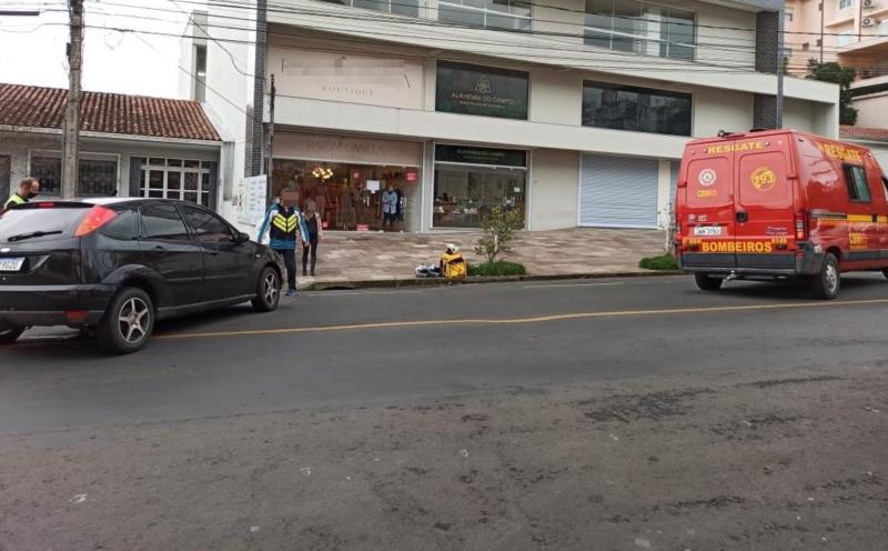 Colisão envolveu uma moto e um carro por volta das 12h desta quinta-feira