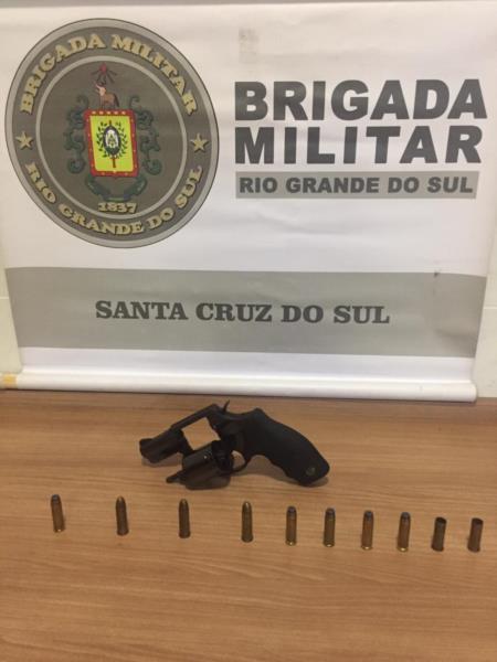 Arma e munições foram apreendidas