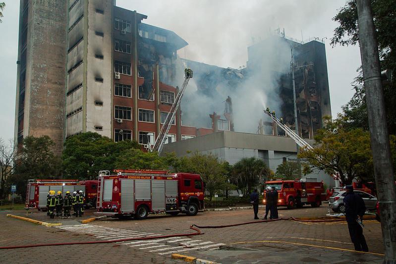 Prédio foi destruído por incêndio na noite de ontem