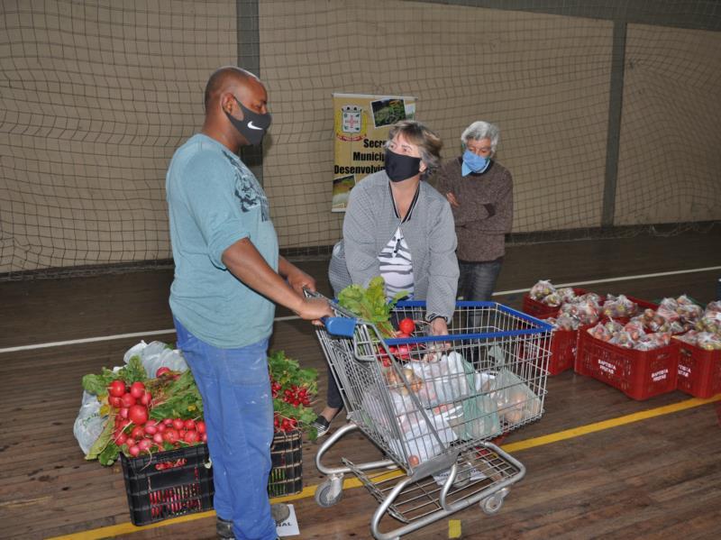 Famílias carentes puderam retirar alimentos com os produtores