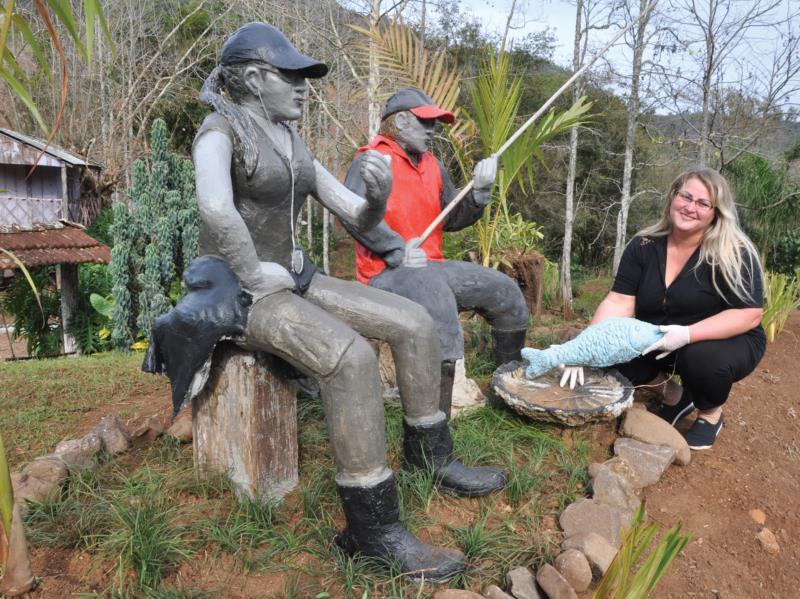 Esculturas feitas por Luciana embelezam diferentes pontos do seu jardim