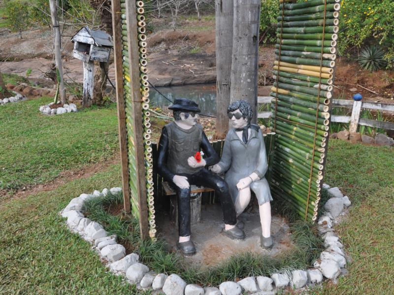 Esculturas expostas no pátio da residência chamam a atenção
