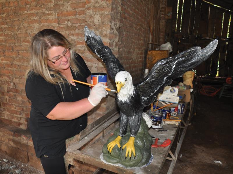 Além do trabalho de modelagem, a artista realiza a pintura das esculturas