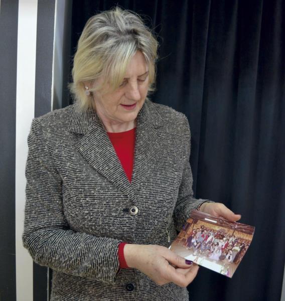 Nas mãos, Bidé segura uma  lembrança da festa realizada em julho de 1980