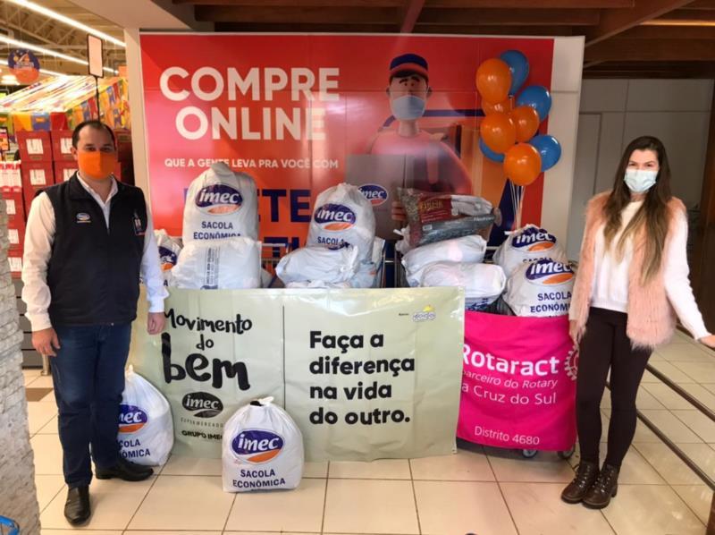 Ex-presidente Luana recebendo as doações do gerente do Imec de Santa Cruz do Sul