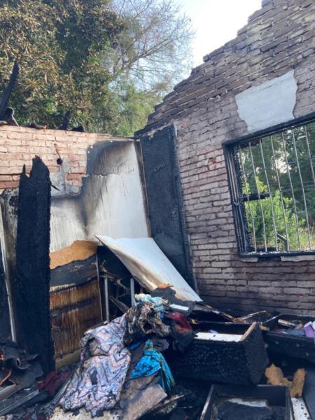 Casa foi parcialmente destruída pelo fogo