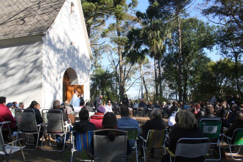 A celebração ocorreu na tarde desde domingo (18) e atraiu em torno de 200 fiéis ao local