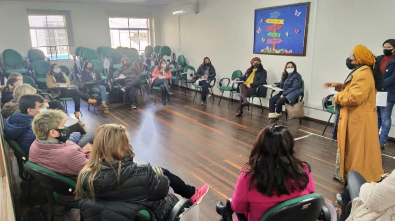Evento foi voltado à professores da rede municipal, que tem atualmente 50 crianças e adolescentes nesta condição