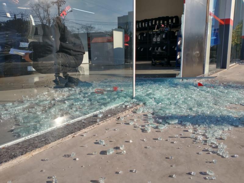 Criminosos arrombam loja de pneus em Santa Cruz