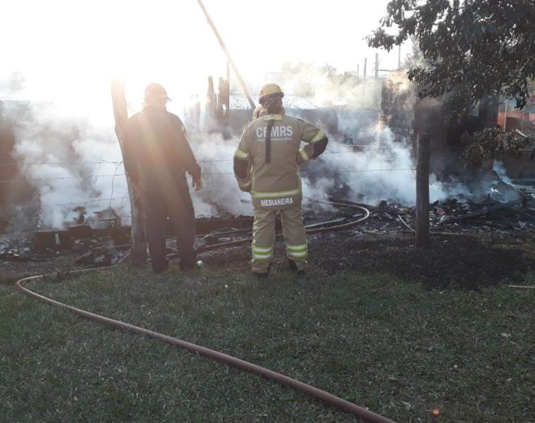 Bombeiros de Vera Cruz e Santa Cruz foram acionados para controlar as chamas