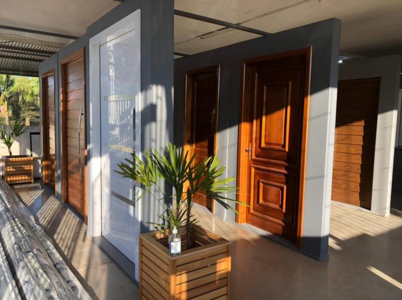 Negócio realiza trabalhos de esquadrias de madeira, alumínio e vidro temperado