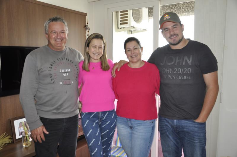 Ana com seus pais e irmão, um dia antes de irem para Porto Alegre