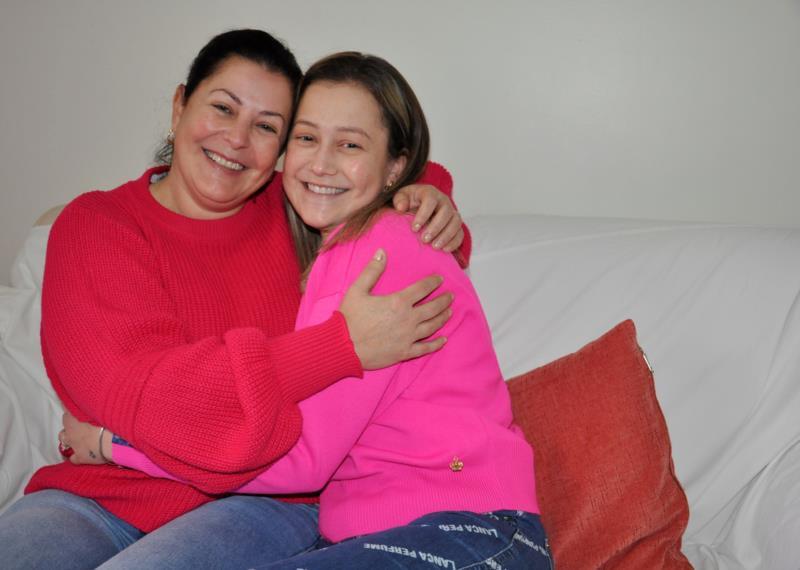 No abraço de mãe e filha, muito amor e gratidão