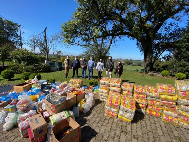 Alimentos foram distribuídos nesta sexta-feira