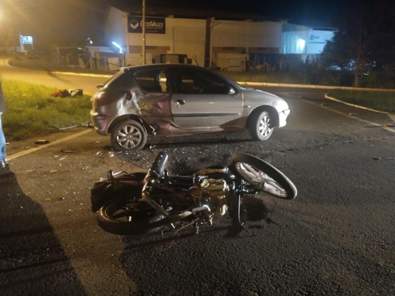 Acidente envolveu uma motocicleta e um veículo Pegeot